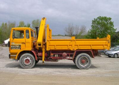 camion transport terre jaune