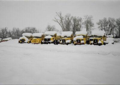 camions jaune sous la neige