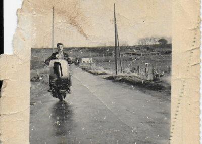 homme cabrant sur un vieux vespa photo noir et blanc