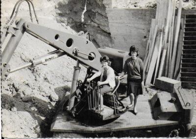 deux femmes sur une vielle pelle mécanique vintage photo noir et blanc