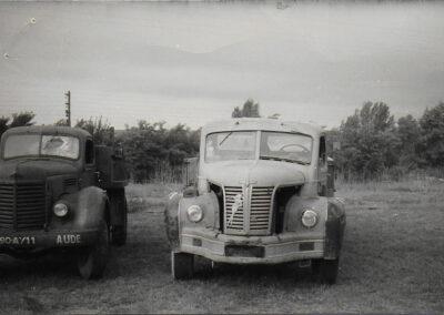 Vieux camion noir et blanc